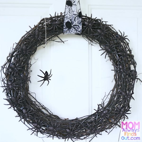 Halloween Wreath Ideas - Easy DIY Spider Wreath Tutorial at @momfindsout